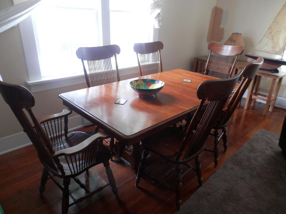 Maple dining room table and chairs duncan cowichan for Dining room tables kelowna