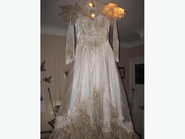 THE ULTIMATE VINTAGE  WEDDING DRESS !