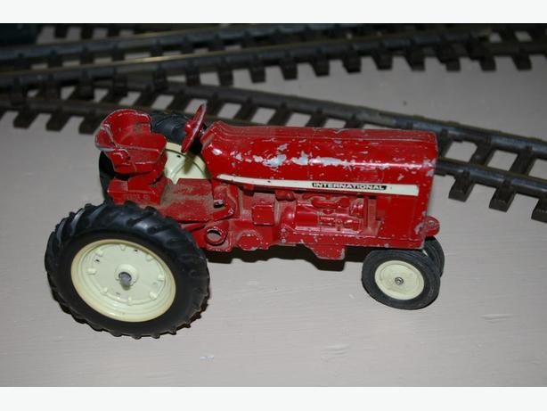 Vintage 1/16 scale International farm tractor