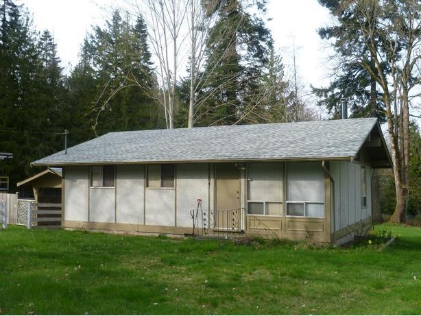 64 LENWOOD ROAD: Cozy 2 bedroom plus den, 1 bathroom older rancher.
