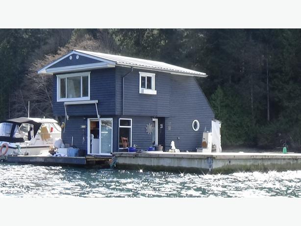 740sqft - 1 Bedroom & Den Float Home Barge