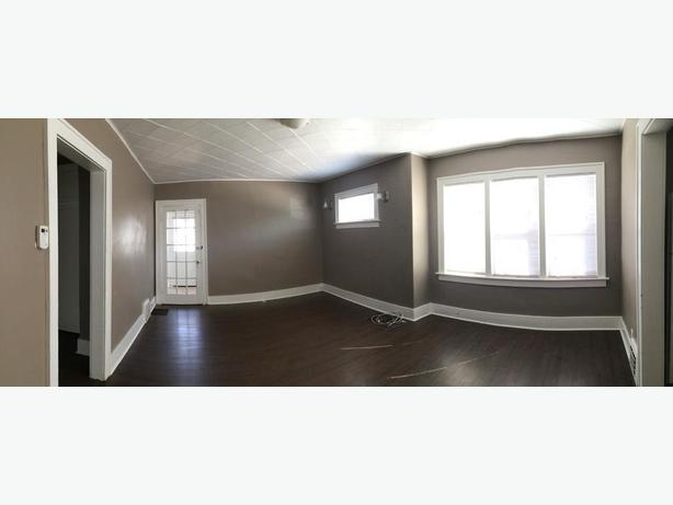 Bright and sunny 2bd large, living room fenced yard