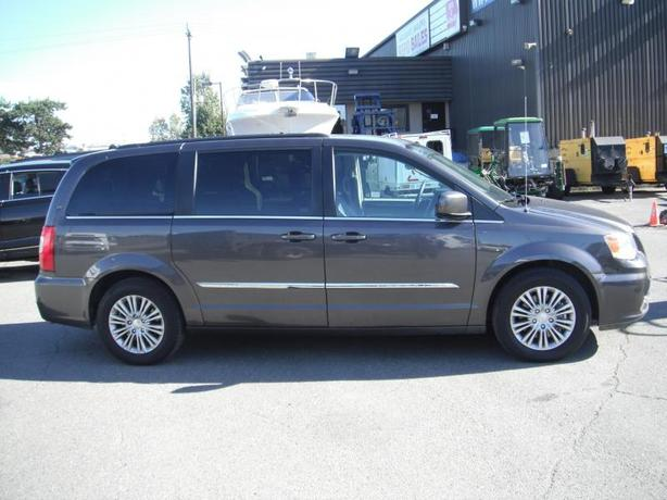 2016 chrysler town country touring stow n 39 go outside comox valley comox valley mobile. Black Bedroom Furniture Sets. Home Design Ideas