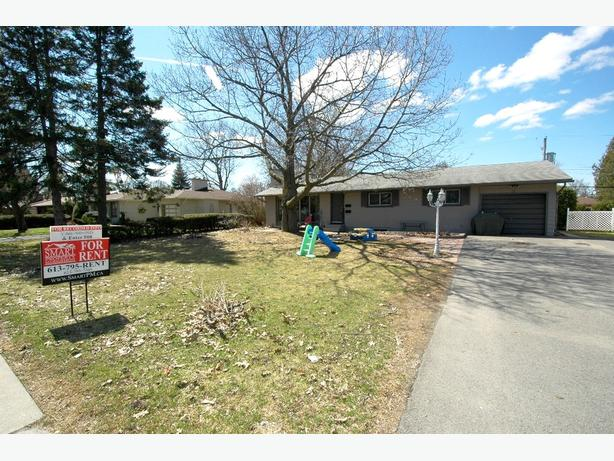 BELLS CORNERS - 3 Bedroom Bungalow - ALL INCLUSIVE – Available June 1