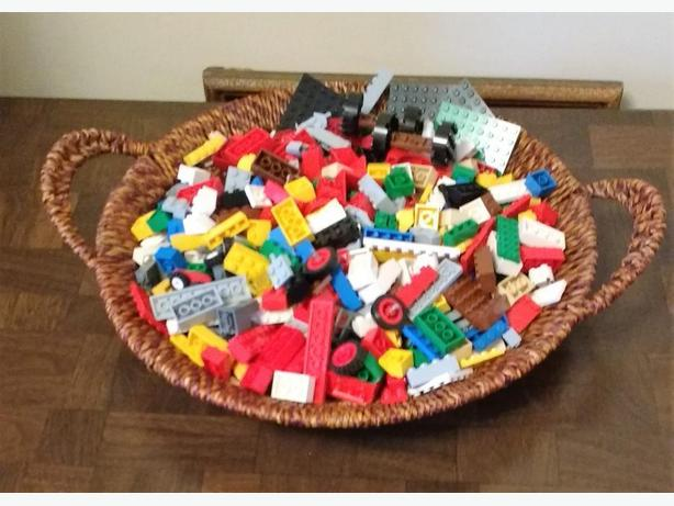 **LOT OF ASSORTED LEGO PIECES*