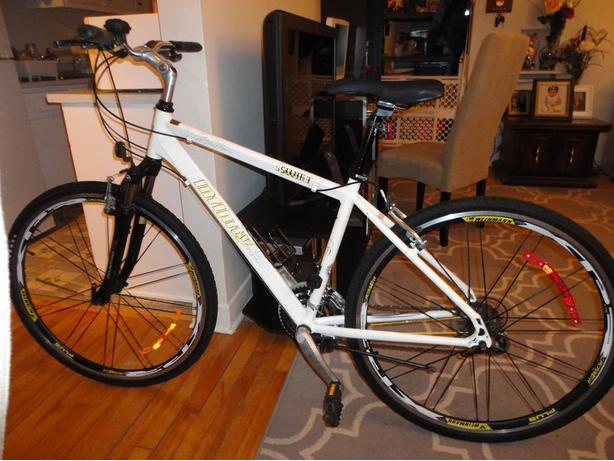 Great 24 Speed Hybrid Commuter With Front Suspension!
