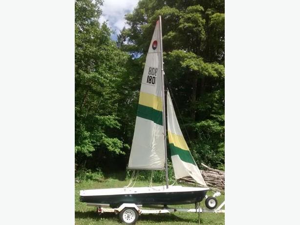 Mistral 4m: Deriveur avec remorque / Sailing dinghy with trailer