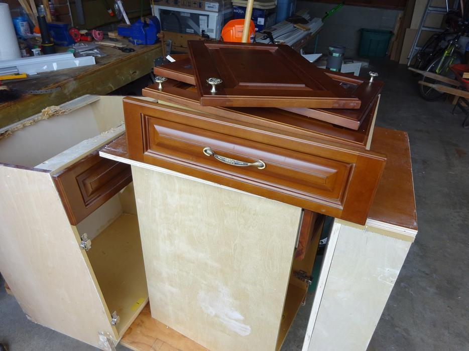 Free bathroom cabinets approx 22 x 64 central nanaimo for Bathroom cabinets nanaimo