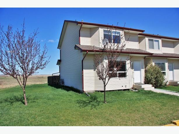 Fabulous 3 Bed Townhouse in Eagleview High River (End Unit)