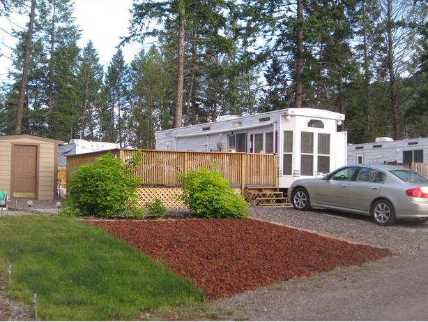 Park Model Trailer and Titled Lot for Sale – Edgewater B.C