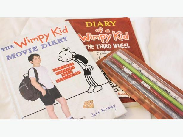 DIARY OF THE WIMPY KID 2 BOOKS / PENCILS