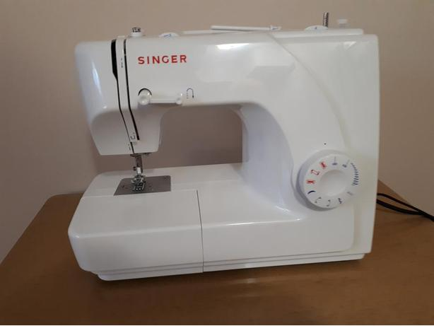 SINGER SEWING MACHINE, LIKE NEW
