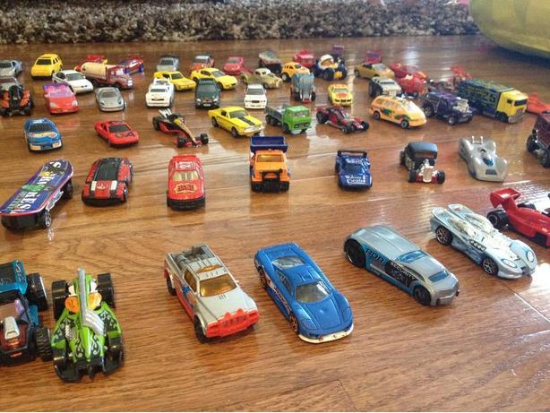 100 HOT WHEELS CARS