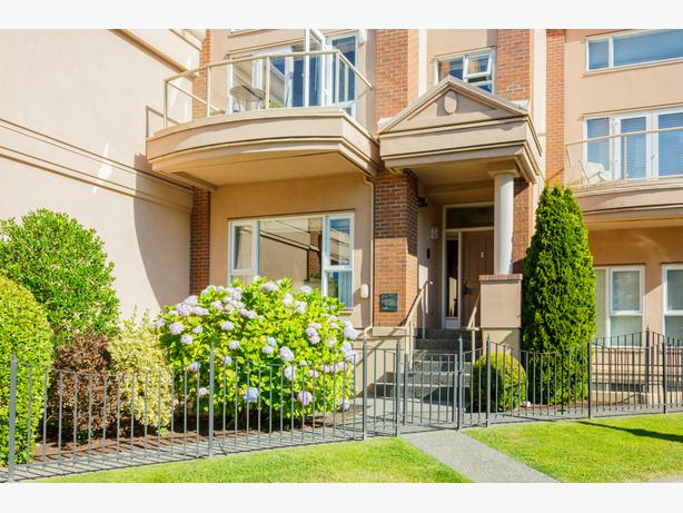 Awesome and very spacious 3 level town home in spectacular location!