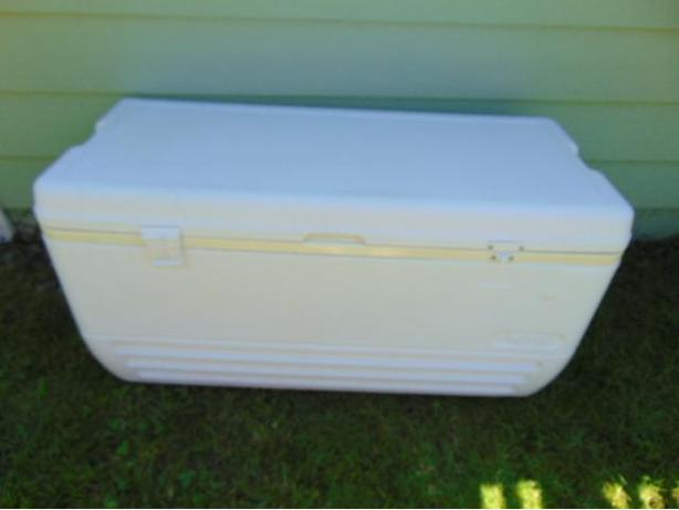 150 Qt Igloo Jumbo Salmon Fishing Cooler Works Great 1 Broken Clip Replaceable