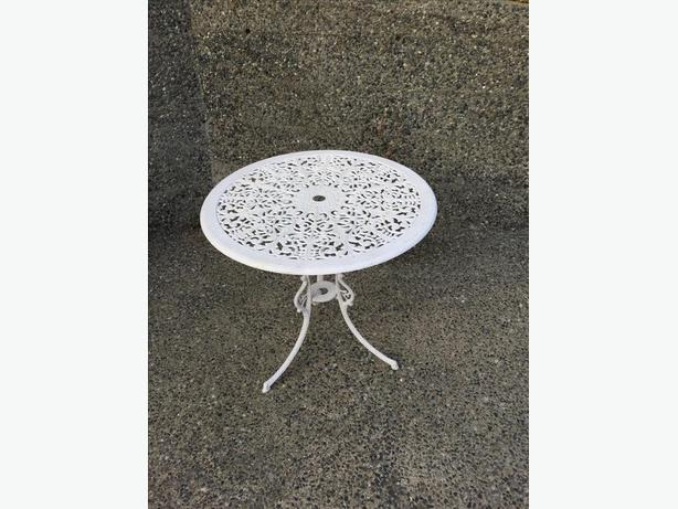 "FREE:26"" diameter metal round bistro table"