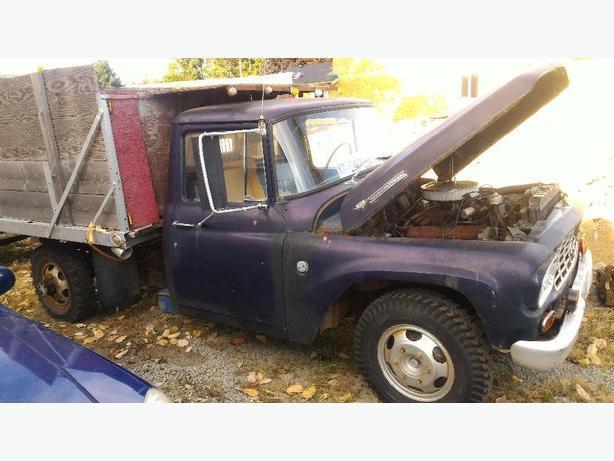 International Harvester R130 dump truck