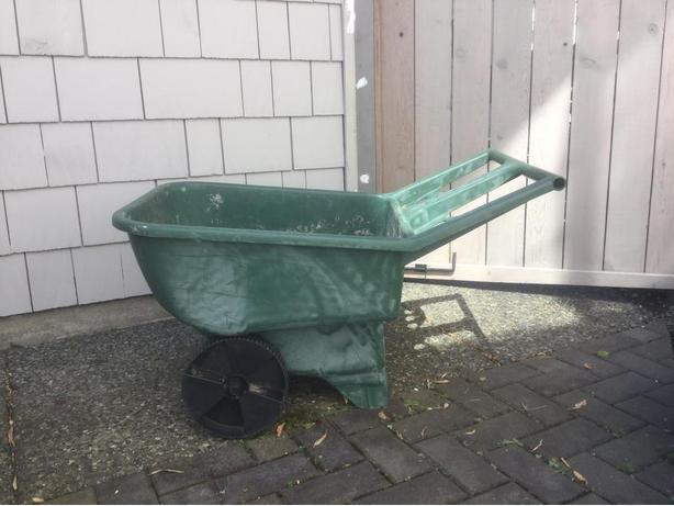 Reduced For Quick Sale  Large Capacity Lightweight Rubbermaid Garden Cart