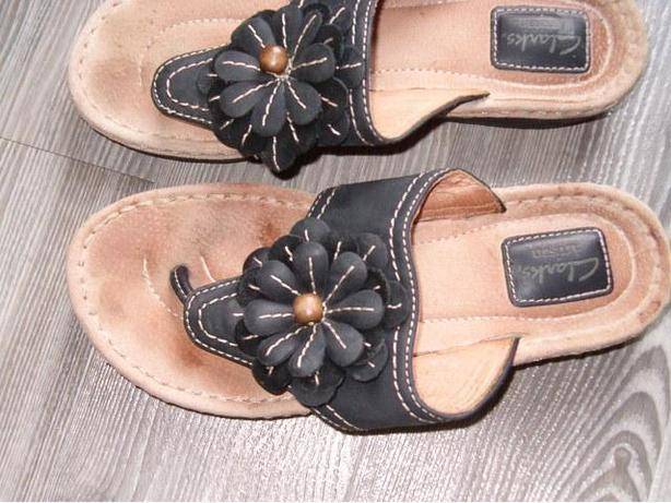 woman sandal shoes , Clarks  leather thong shoes , size 7
