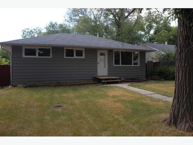 Move in ready 3bed/1bath home w/ a private yard & garage for rent!