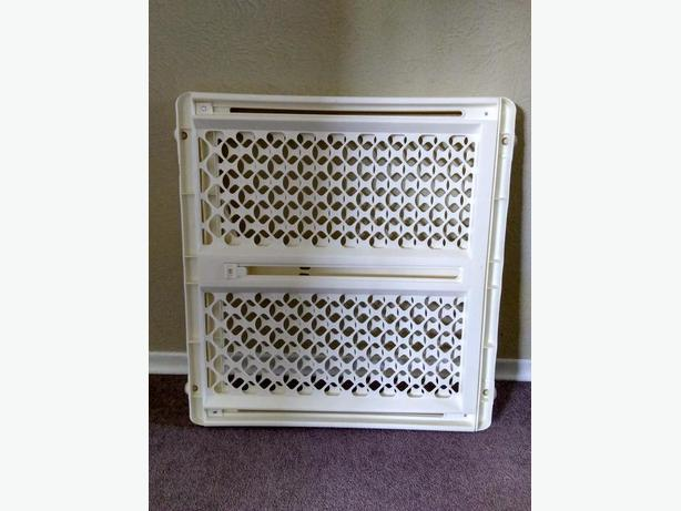 EXTENDABLE BABY GATE BRAND NEW NEVER USED