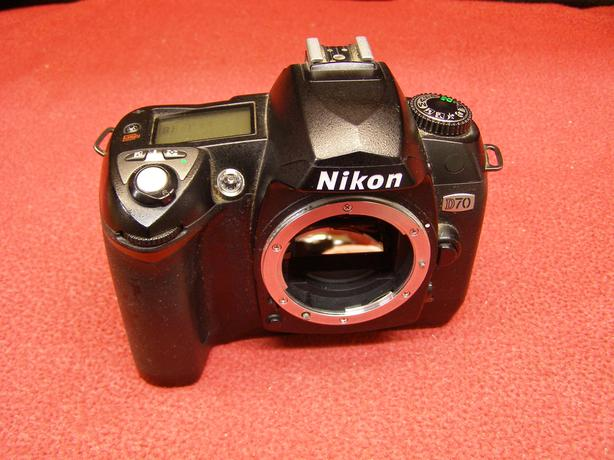 Nikon D70 6.1 MP body only with charger battery and case