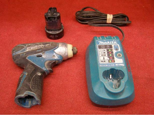 Makita TD090D 10.8V impact driver with battery and charger