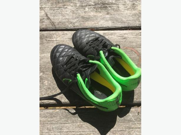 Kids Nike Soccer Cleats Sz 2Y