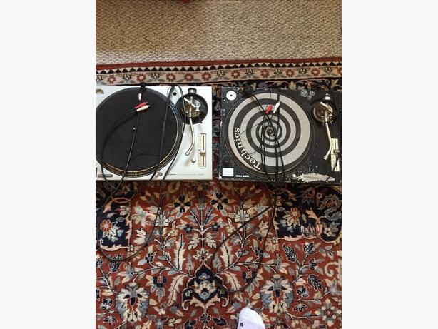 Two Technics  SL1200 ( 1 SL 1200 MK2 and  1 SL 1200 MD3)