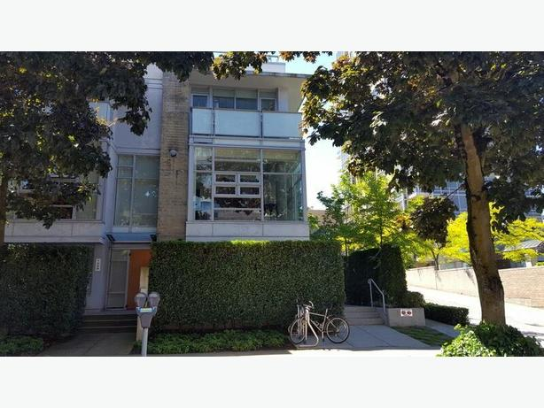 Elegant Furnished 3 Bedroom Townhouse Private Rooftop Patio #770
