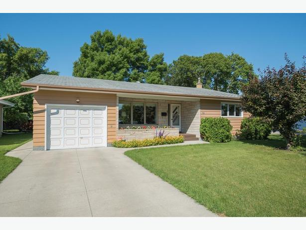 Immaculate Bungalow in East Fort Garry - Jennifer Queen