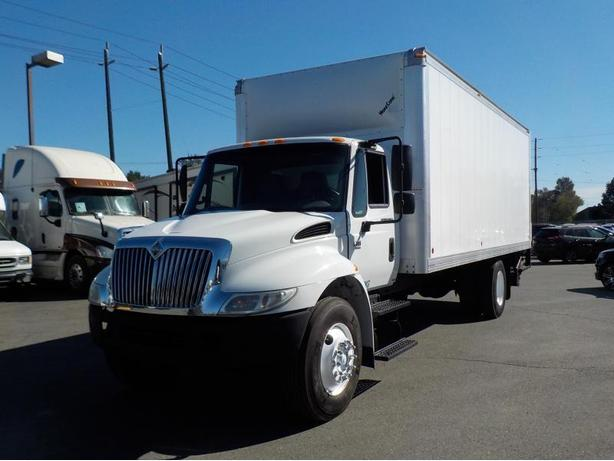 2006 International 4300 DT460 22 Foot Cube Van W/ Air Brakes and Power Tailgate