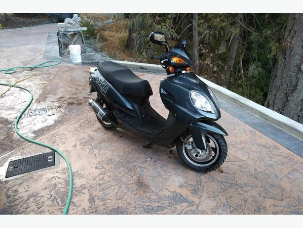 2010 Saga 49 cc Scooter, Only 285 km! Like new!