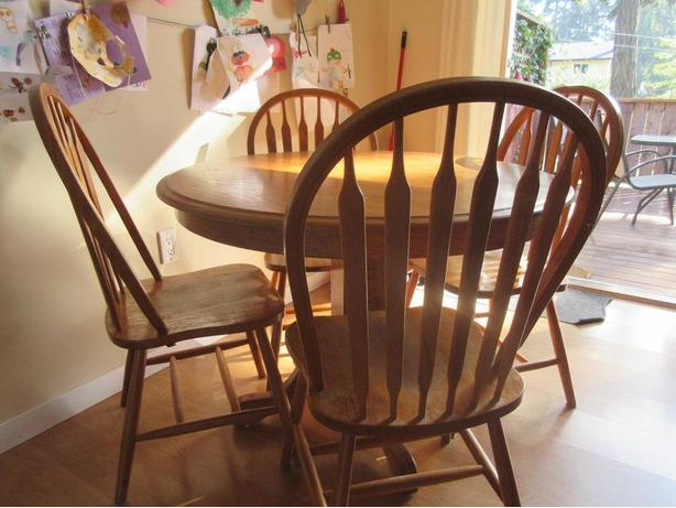 Oak pedestal table with 4 chairs