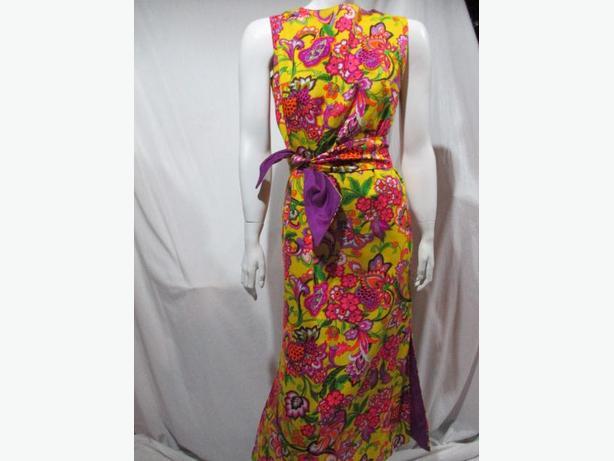 ** Gorgeous Vintage 1970's dress ** size small/medium