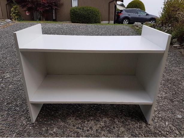 Versatile white shelf