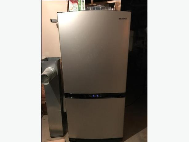 Samsung Fridge 18.8 cu ft, 32.3 w x 69.6h x 28.4d