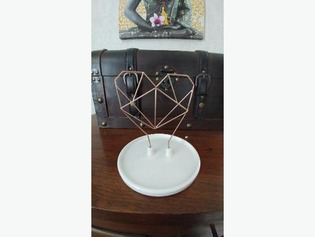 Coxet wire heart ceramic jewelry holder