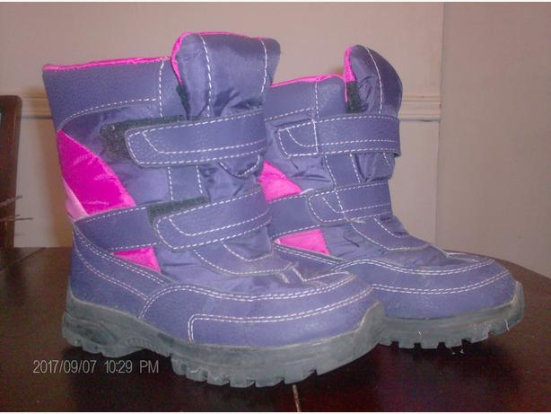 A pair of girls winter boots, Size 2. Good used condition.