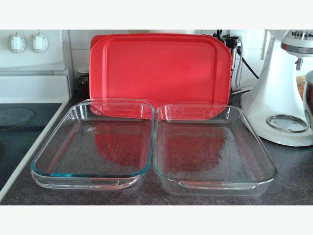 "2 Serving tray Pyrex 9""/13"" like new .  one with lid"