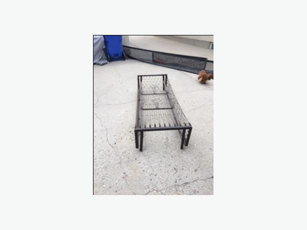 antique metal bed frame/spring