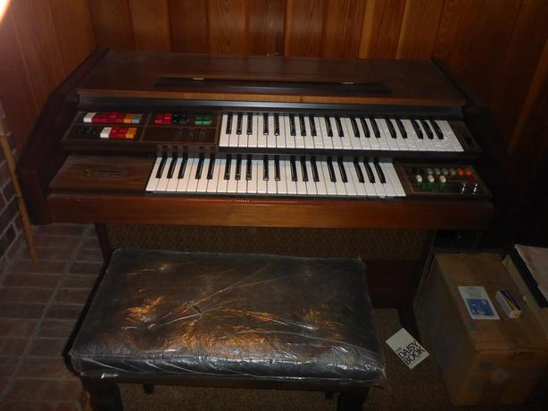Free electric organ with music books and bench