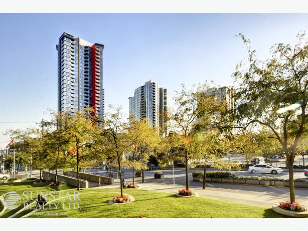 Stadium 2 Bed + Den + Flex 2 Bath Condo w/ Balcony @ Spectrum