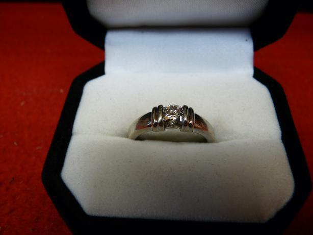 Ladies 14k white gold ring with an approx 0.65 ct diamond