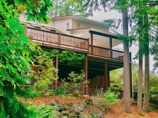 fully renovated 4 bedrooms oasis with 0.68 acre lot in East sooke