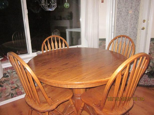 Solid oak custom made dining set: table, 6 chairs, buffet and hutch - OSOYOOS