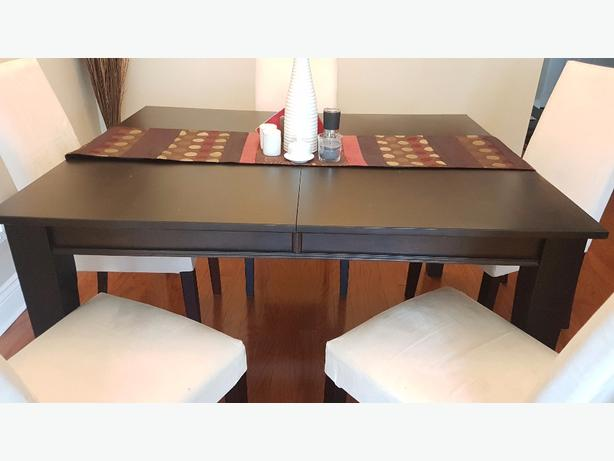 solid wood dining table in Excellent Condition!