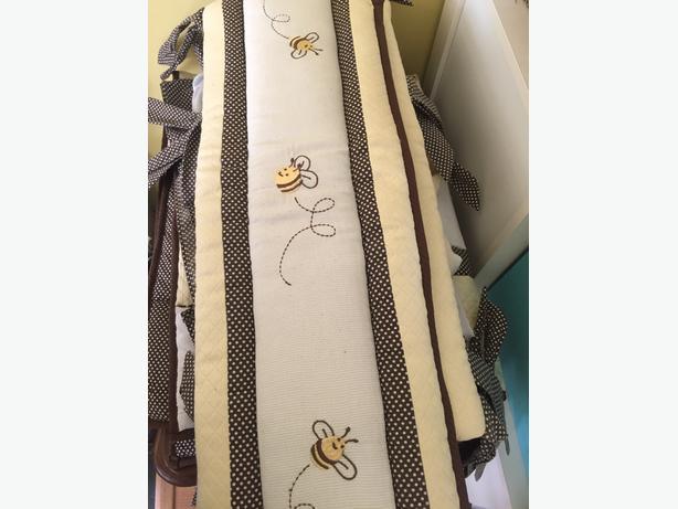 Crib, mattress (mattress cover) and gender neutral accessories (lot)