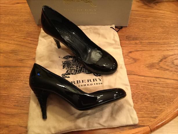 Burberry black patent leather pumps