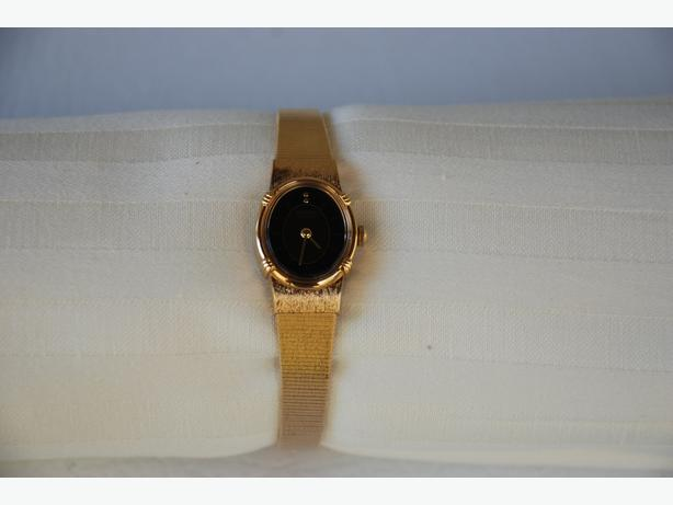 Vintage Women's Seiko Watch (gold with black face)